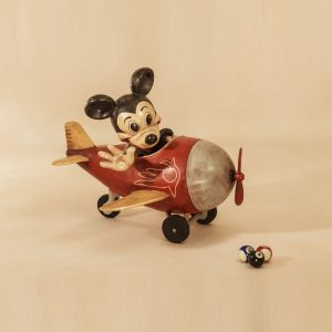 Mickey mouse in een vliegtuig